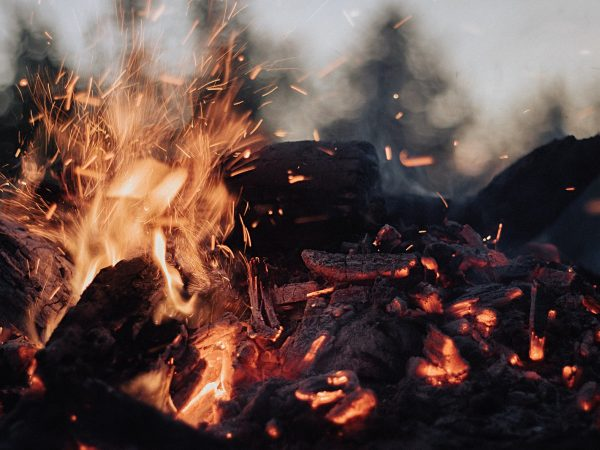 How to build a campfire which stays hot